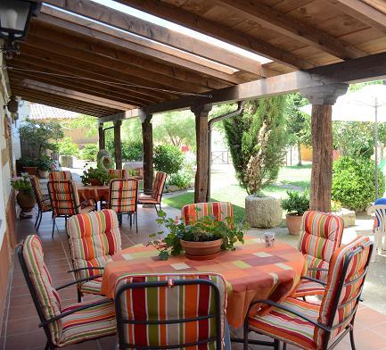 Casa de turismo rural la pequea a y b for Valsain porche y jardin